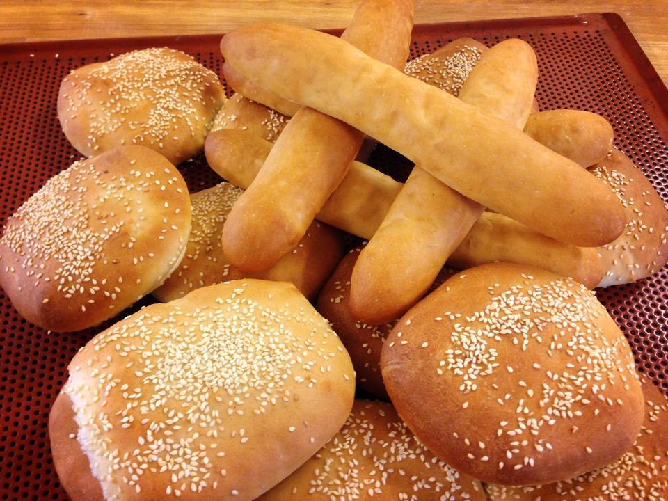 Pølsebrød og hamburgerbrød fra Arntzen bakeri kun med naturlige ingredienser